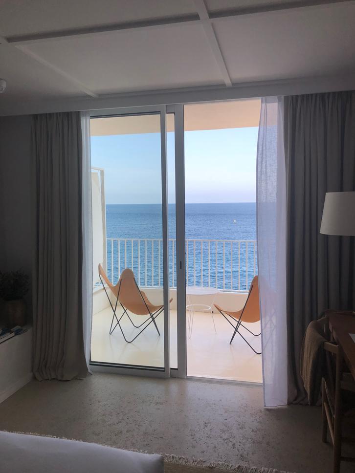 Summer in France Hôtel Les Roche Rouges Ausblick Zimmer aufs Meer